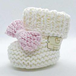 Białe buciki dla niemowląt z różową kokardką