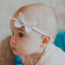 Opaska dla dziewczynki zamszowa biała kokardka chrzest roczek