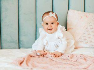 By Royal Baby Delikatna z koronką Sukienka z muślinu dla dziewczynki na Chrzest Święty