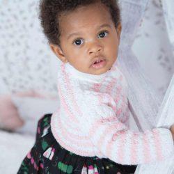 Baby pink handmade wełniany sweterek dla dziewczynki chrzest święty roczek