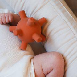 Filibabba Gryzak sensoryczny dla niemowląt Piłka Rust