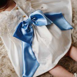Mela ecru luksusowa sukienka dla dziewczynki z koronką i kokardką chrzest roczek wesele