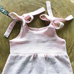 Różowy rampers z muślinu dla dziewczynki