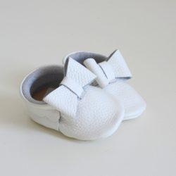 Białe buciki z kokardką niechodki na chrzest święty